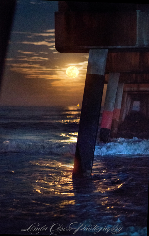 Love these super moon evenings. Of course, not an easy scene to shoot on the beach. Had fun!!!